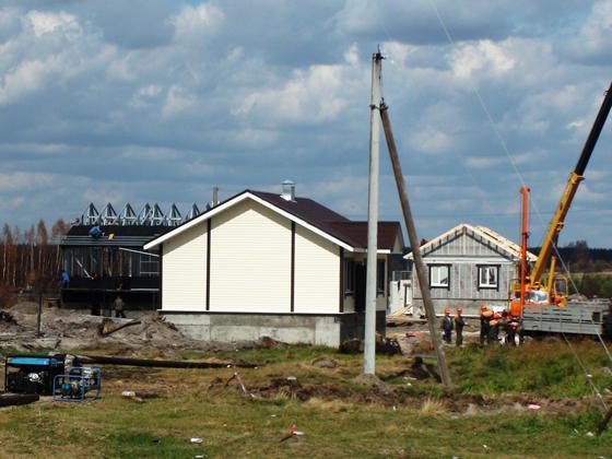 В селе Верхняя Верея сегодня возводят новые быстровозводимые дома.